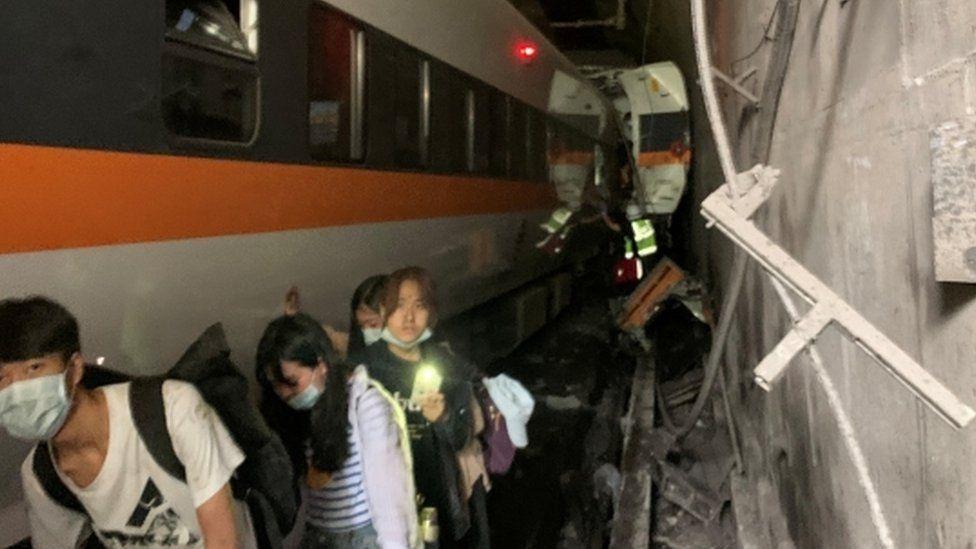 তাইওয়ানে টানেলে ভয়াবহ ট্রেন দুর্ঘটনায় বহু হতাহত